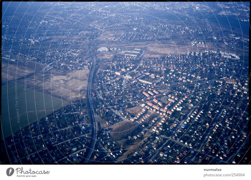 von oben Lifestyle Ferne Sightseeing Städtereise Umwelt Stadt Stadtrand Haus Einfamilienhaus Flughafen Dach Schornstein Verkehr Straße Autobahn fliegen Blick