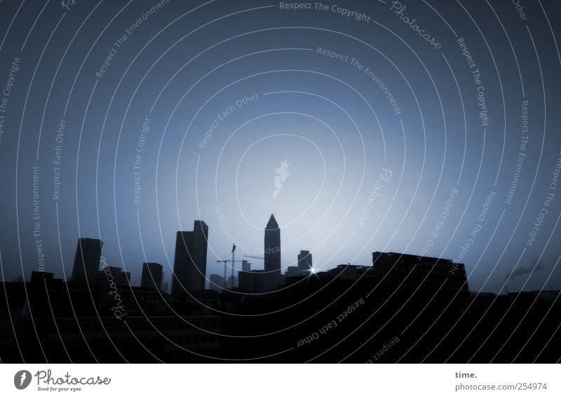 Guten Morgen, Frankfurt! Sonne Landschaft Stadt Skyline Hochhaus Turm dunkel blau ästhetisch Zufriedenheit Einsamkeit Frieden geheimnisvoll Gelassenheit
