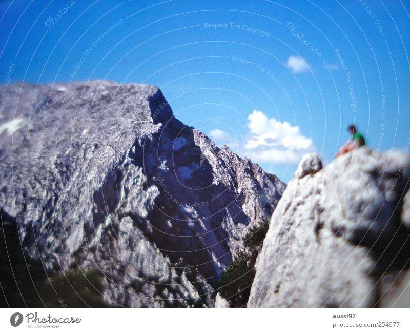 Berglust Erholung Ferien & Urlaub & Reisen Berge u. Gebirge wandern Mensch Felsen Pause aufsteigen Felsspalten Unschärfe