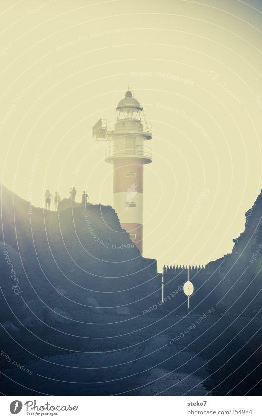 Saurons Wochenendgrundstück dunkel Küste Menschengruppe Felsen Tor Grenze Leuchtturm Surrealismus bewachen