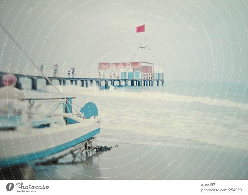 "Hinter dem Boot lauert Heinz Erhardt Strand Bar Cocktailbar beobachten Erholung Italien Gelato Sechziger Jahre Wirtschaftswunder ""Meer,Wellen"" Unschärfe"