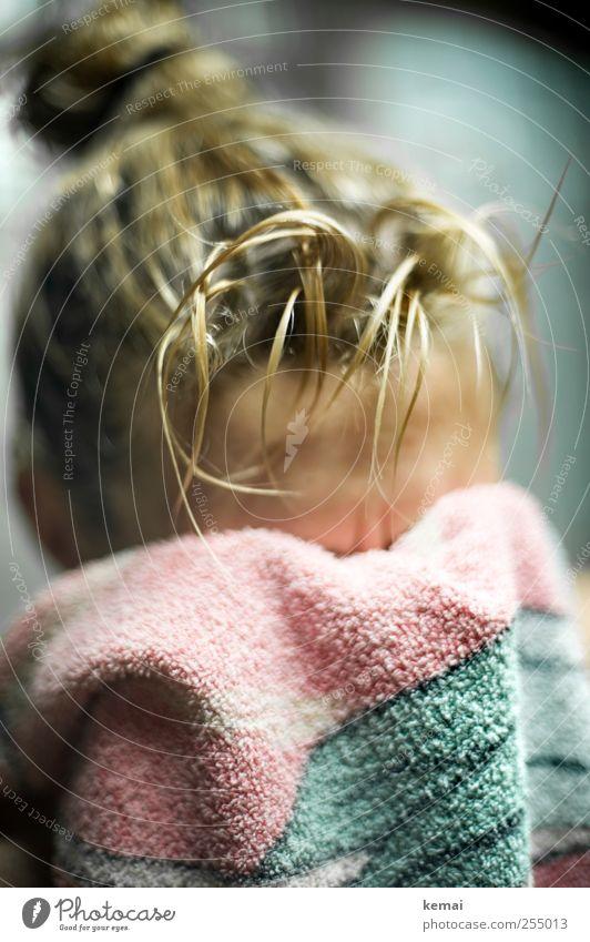 Nummer 7 Mensch Jugendliche grün ruhig Erwachsene Erholung Leben feminin Kopf Haare & Frisuren blond rosa Freizeit & Hobby Schwimmen & Baden frisch 18-30 Jahre