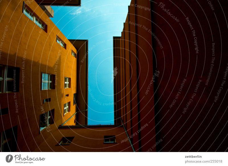 Wiederholte Wiederholung Himmel Stadt Haus Fenster Wand Architektur Autofenster Mauer Gebäude Berlin Fassade Häusliches Leben ästhetisch Bauwerk Wohnhaus Hauptstadt