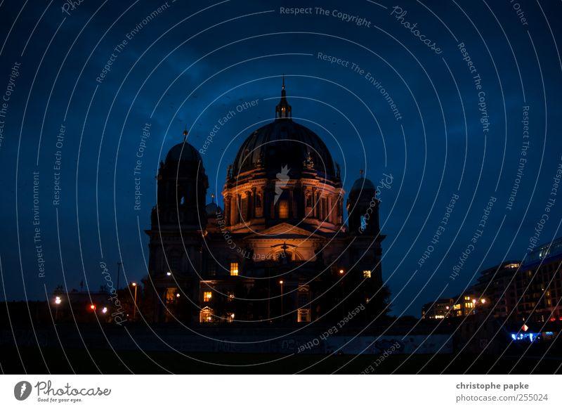 The Dome blau Stadt Wolken dunkel Berlin Architektur Stein Beleuchtung groß Tourismus Kirche Kitsch Glaube Museum Stadtzentrum