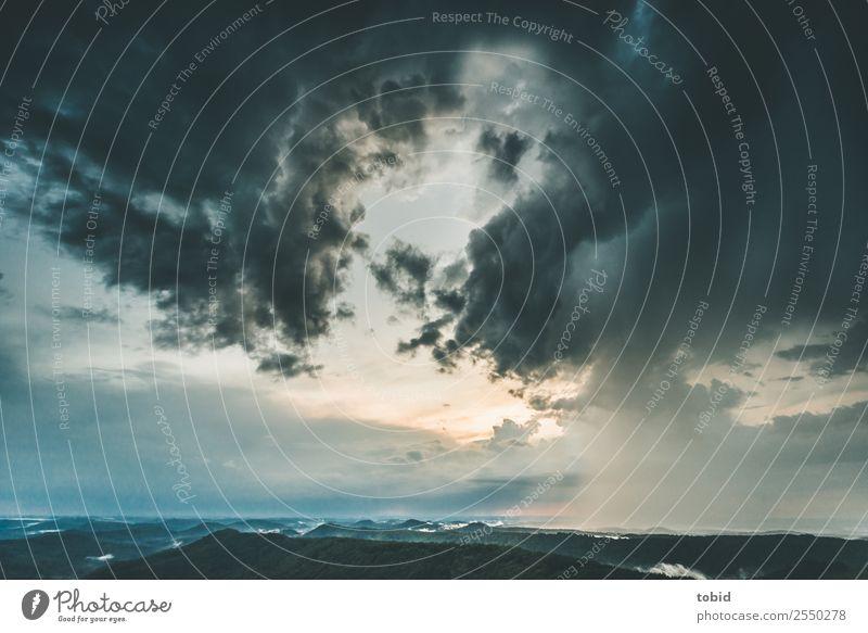 Gewitterwolken Natur Landschaft Pflanze Urelemente Himmel Wolken Horizont Sonnenlicht Wetter schlechtes Wetter Unwetter Nebel Regen Wald Hügel Gipfel bedrohlich