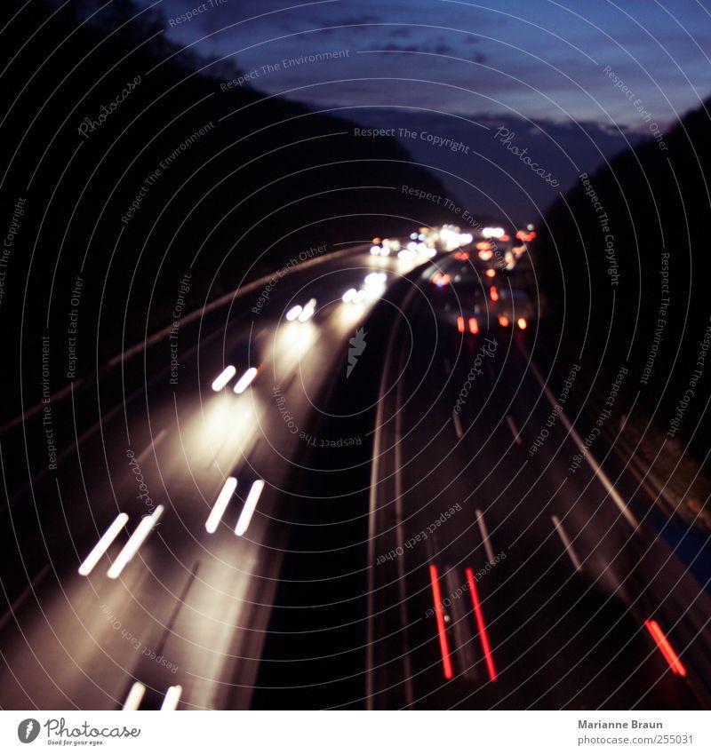 Lichtspiel blau weiß rot schwarz Straße dunkel Bewegung PKW Verkehr Geschwindigkeit fahren Spuren Autobahn Kurve Autofahren Abenddämmerung