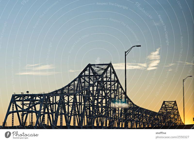 Brückentag: New Orleans Autofahren Straße Stadt Eisen Laterne Farbfoto Menschenleer Textfreiraum oben Dämmerung Sonnenlicht Sonnenaufgang Sonnenuntergang