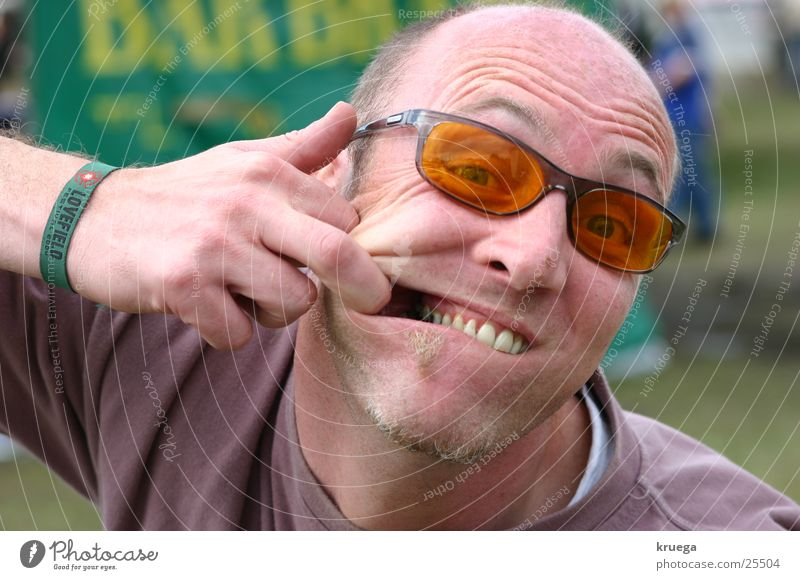 Zahnschmerzen? Mann Freude lustig Rauschmittel Alkohol Publikum Grimasse Musikfestival Mensch Besucher breit Porträt