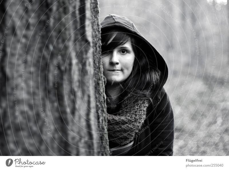 Unscheinbar? Mensch Natur Jugendliche Baum Wald Herbst feminin Haare & Frisuren beobachten verstecken 13-18 Jahre gefangen Junge Frau Pony Kapuze Schal