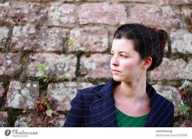 Mauerschau Mensch maskulin Junge Frau Jugendliche 1 18-30 Jahre Erwachsene Mauerpflanze Wand brünett Zopf beobachten drehen blau grün Vorsicht Gelassenheit