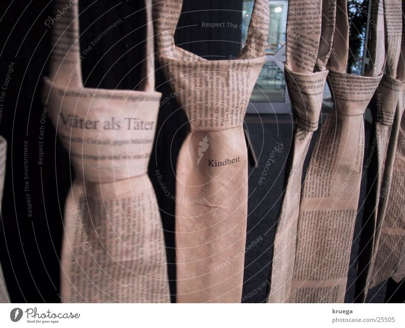 Vatermörder Kunst Bekleidung Schriftzeichen Dinge Krawatte Ausstellung Installationen
