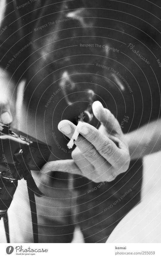 [CHAMANSÜLZ 2011] Multitasking Mensch Mann Hand Erwachsene Leben Freizeit & Hobby Fotografie maskulin Finger Rauchen festhalten Fotokamera analog Zigarette