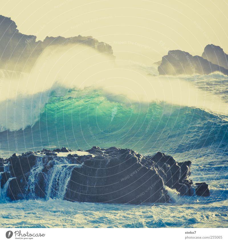 splash I Wasser Wind Sturm Wellen Küste Meer blau gelb grün Retro-Farben Brandung Gischt Klippe Gedeckte Farben Außenaufnahme Menschenleer Textfreiraum oben Tag