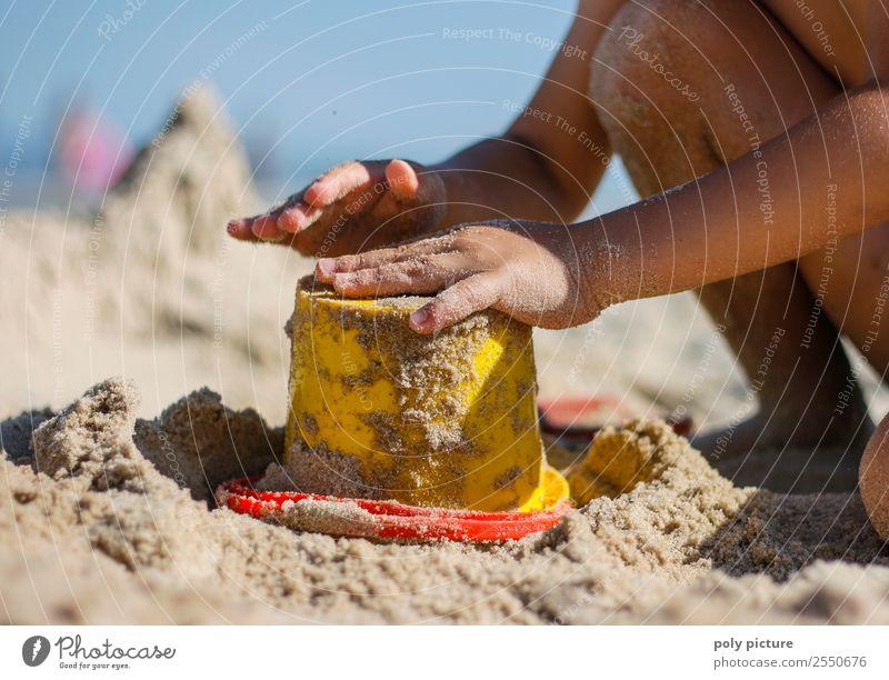 Kind macht Sandkuchen mit Eimerform Ferien & Urlaub & Reisen Jugendliche Sommer Sonne Hand Meer Freude Mädchen Strand Leben Herbst Junge Tourismus Kindheit Arme