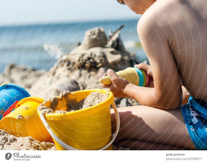 Kind spielt am Strand Ferien & Urlaub & Reisen Jugendliche Sommer Sonne Meer Freude Ferne Leben Herbst Frühling Junge Tourismus Spielen Freiheit Ausflug