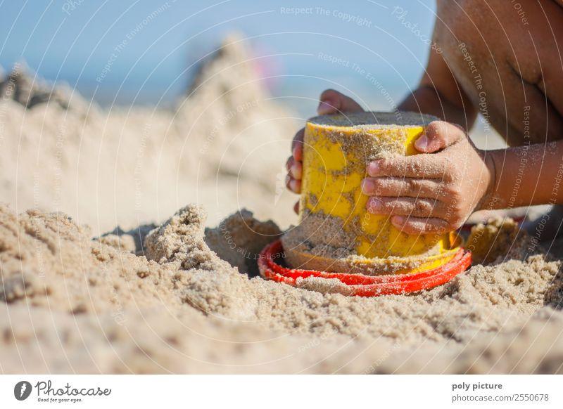 Kleines Kind spielt mit Eimer am Strand Ferien & Urlaub & Reisen Tourismus Freiheit Sommer Sommerurlaub Sonne Sonnenbad Meer Mädchen Junge Kindheit Jugendliche