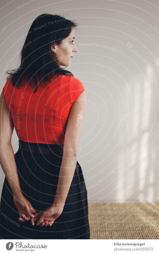 reh. feminin Frau Erwachsene 1 Mensch 18-30 Jahre Jugendliche Rock schwarzhaarig langhaarig Blick stehen warten dünn schön rot friedlich ruhig Hemmung