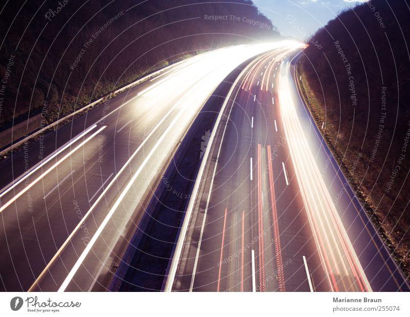 Die Wege des Lichtes weiß rot schwarz Straße dunkel Bewegung PKW Linie Verkehr Geschwindigkeit fahren Spuren Autobahn Lastwagen Kurve Autofahren