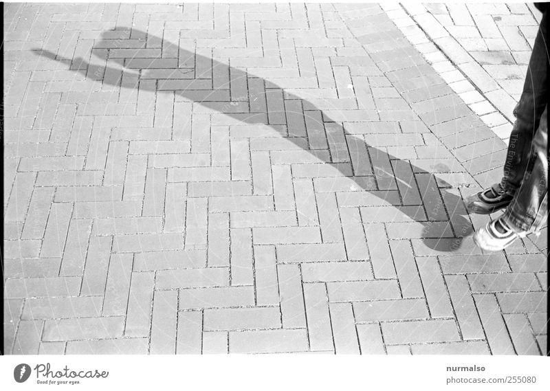 hüpf Mensch Kind Freude Umwelt Spielen springen Kunst Kindheit Freizeit & Hobby Platz skurril trashig trendy Surrealismus Pflastersteine Strukturen & Formen