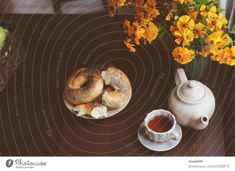 gemütliches Herbstfrühstück auf dem Tisch im Landhaus Frühstück Getränk Tee Topf Lifestyle Erholung Dekoration & Verzierung Wärme Blatt Wald braun Geborgenheit