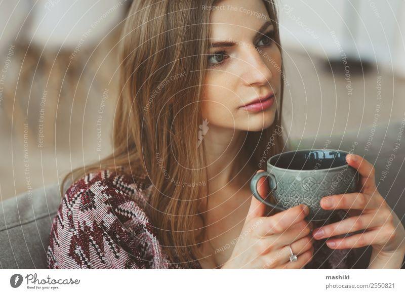 Nahaufnahme Porträt einer jungen nachdenklichen Frau Frühstück Kaffee Tee Lifestyle Krankheit Leben Erholung Wohnzimmer Erwachsene träumen Traurigkeit heiß