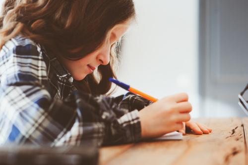 konzentriertes Kind Mädchen macht Hausaufgaben Lifestyle Schule Schulkind Arbeit & Erwerbstätigkeit Kindheit Schreibstift Denken träumen klug Stress Fürsorge