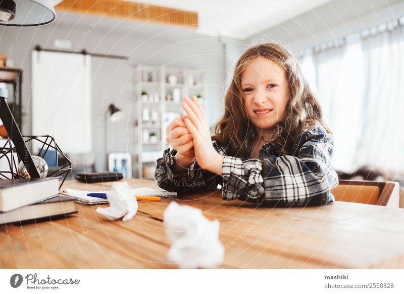 müde Kind Mädchen werfen Hausaufgaben mit Fehlern Lifestyle Schule lernen Schulkind Kindheit Buch schreiben Traurigkeit klug Müdigkeit Stress Konzentration
