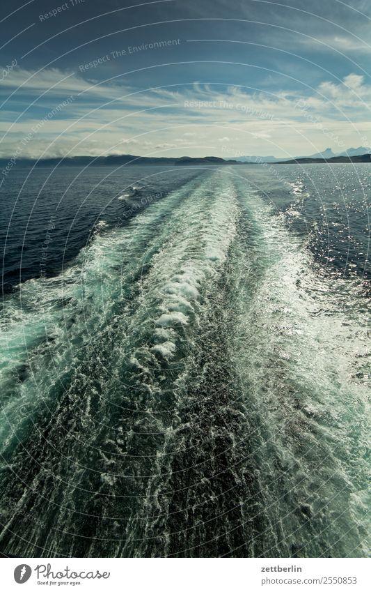 Heckwelle Himmel Ferien & Urlaub & Reisen Natur Himmel (Jenseits) Wasser Landschaft Meer Wolken Reisefotografie Ferne Küste Textfreiraum Wasserfahrzeug Horizont