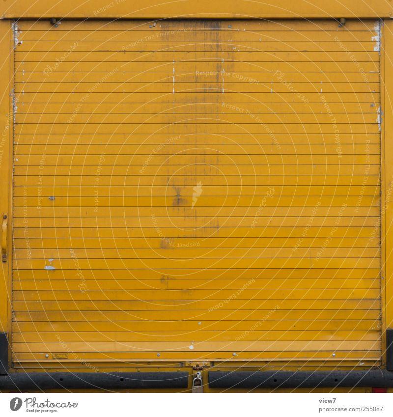 du hast Post alt gelb Wand Mauer Metall Linie geschlossen Fassade Beginn Verkehr authentisch Streifen einfach Güterverkehr & Logistik Tor Lastwagen