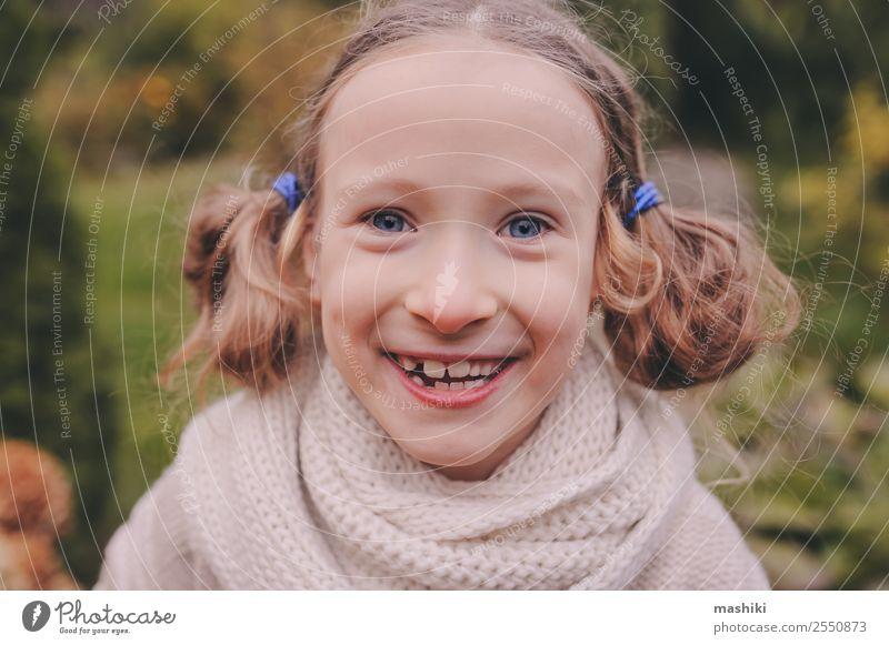 offenes Porträt eines süßen, glücklichen Kindes Mädchens Lifestyle Freude Spielen stricken Ferien & Urlaub & Reisen Garten Natur Herbst Wärme Blume Blatt