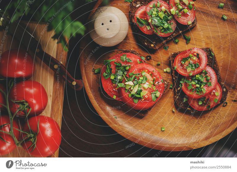 Kochen von Toastsandwiches mit frischen Tomaten Gemüse Brot Kräuter & Gewürze Frühstück Mittagessen Vegetarische Ernährung Diät Teller Fitness lecker natürlich