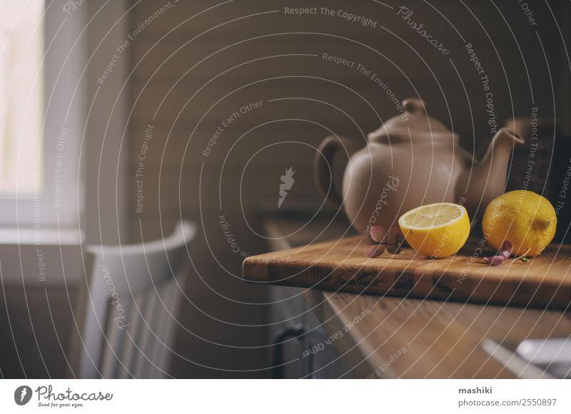 Teekanne und Zitronen im rustikalen grauen Kücheninterieur Lifestyle Reichtum Stil Design Erholung Haus Dekoration & Verzierung Möbel Tisch Holz heiß trendy