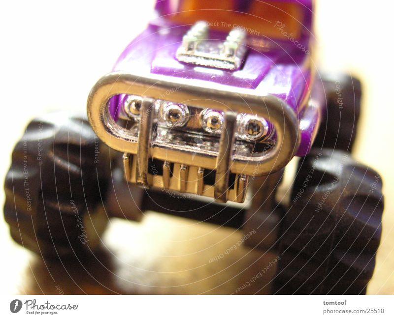 monstertruck Spielzeug violett Modellauto Monster Lastwagen Pickup Makroaufnahme Nahaufnahme Statue Kitsch Coolness hot wheels