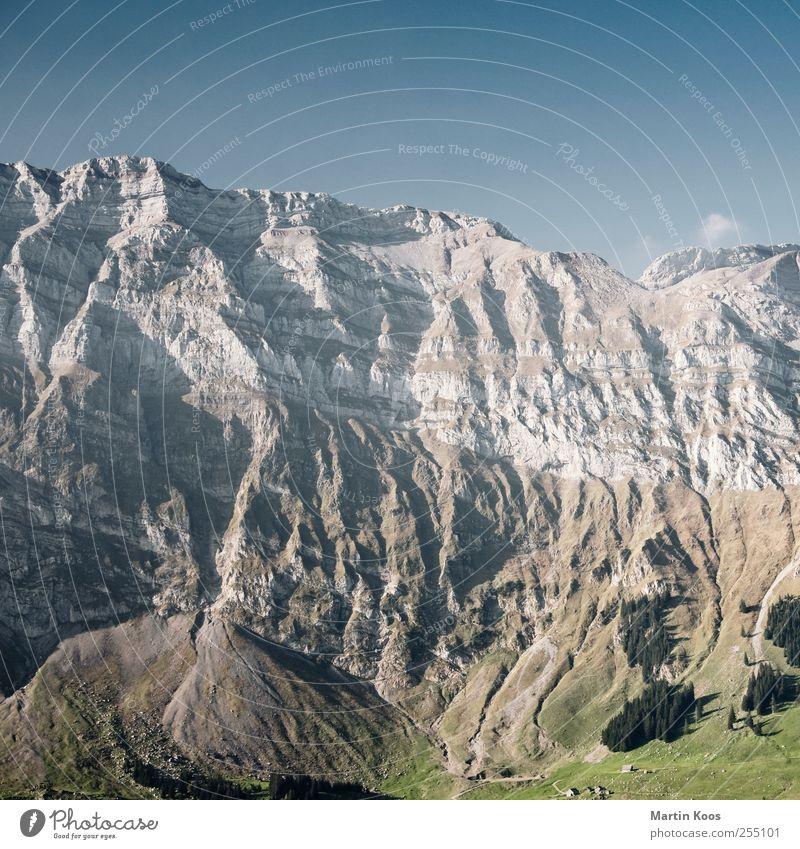 Sogenanntes Landschaftsfoto Himmel Natur blau grün Wiese Berge u. Gebirge braun Felsen hoch wandern groß ästhetisch Streifen bedrohlich Alpen