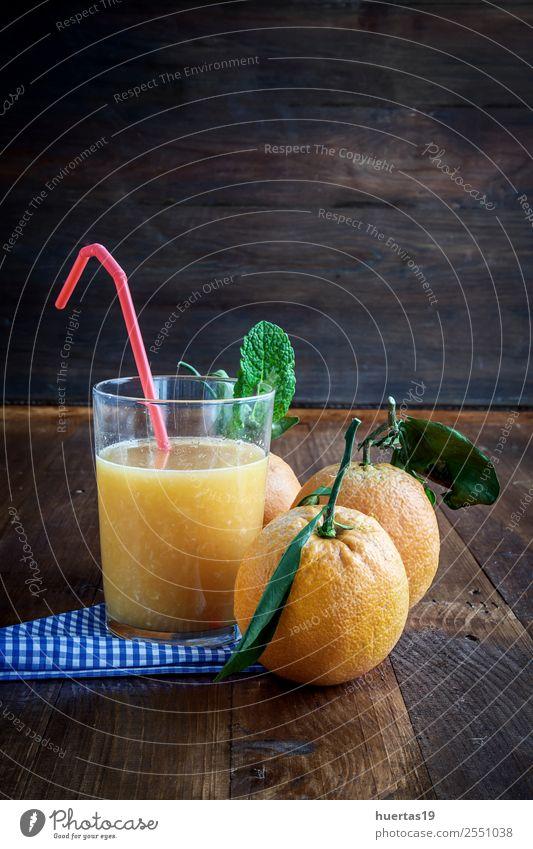 Saft aus frischen Orangen Frucht Ernährung Frühstück Diät Getränk Tisch Küche Holz lecker saftig Farbe Zitrusfrüchte trinken Lebensmittel Glas reif liquide süß