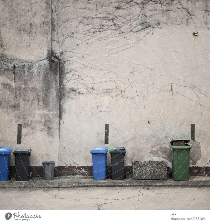 hinterhof trash Platz Mauer Wand Fassade Beton Betonwand trist Stadt Müllbehälter Recycling Parkplatz Ordnung Spießer Farbfoto Außenaufnahme Menschenleer