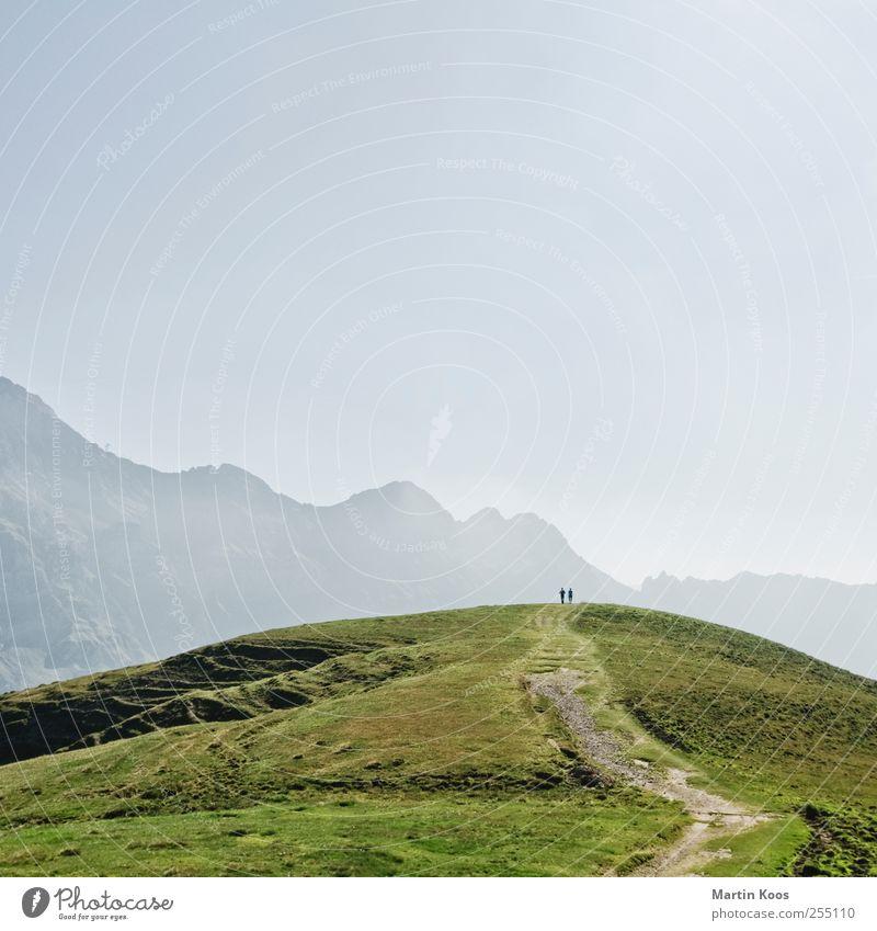 Gipfeltreffen Mensch Natur Einsamkeit Ferne Landschaft Leben Wiese Berge u. Gebirge Gefühle Wege & Pfade Paar Freundschaft Stimmung Horizont Zusammensein Felsen