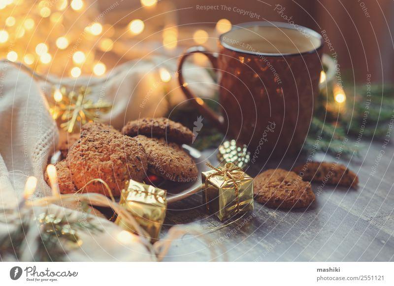 gemütliche Weihnachts- und Winterlandschaft mit hausgemachten Keksen Dessert Kakao Kaffee Dekoration & Verzierung Silvester u. Neujahr heiß Geborgenheit