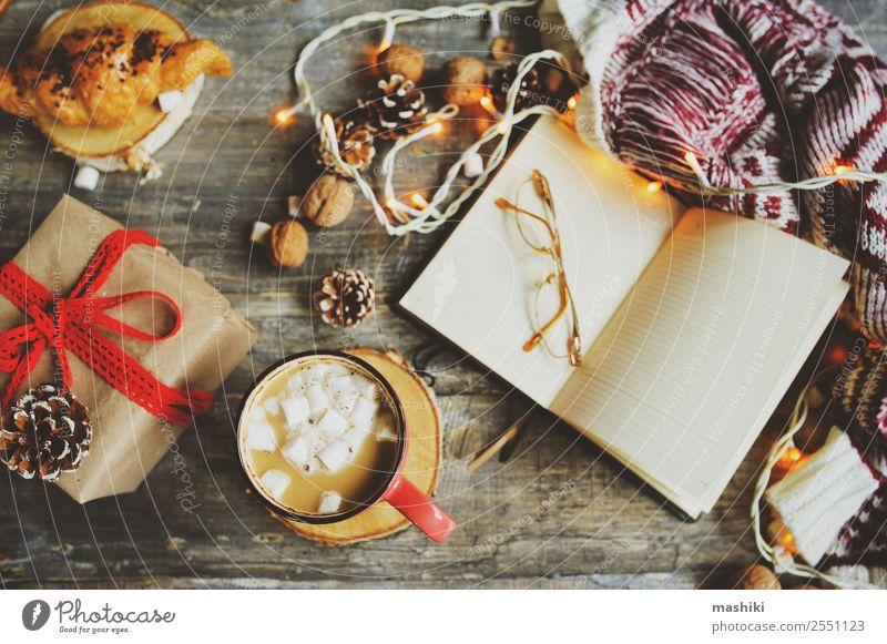 Wochenplaner oder zur Listenansicht mit Weihnachtsdekorationen Kakao Kaffee Winter Dekoration & Verzierung Tisch Silvester u. Neujahr Paar Buch Wärme Holz heiß