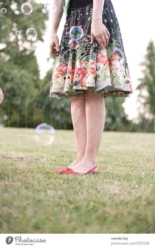 Bubbles Frau Jugendliche Hand schön Erwachsene Wiese Junge Frau lustig Beine Mode 18-30 Jahre Arme verrückt Lifestyle Bekleidung Coolness