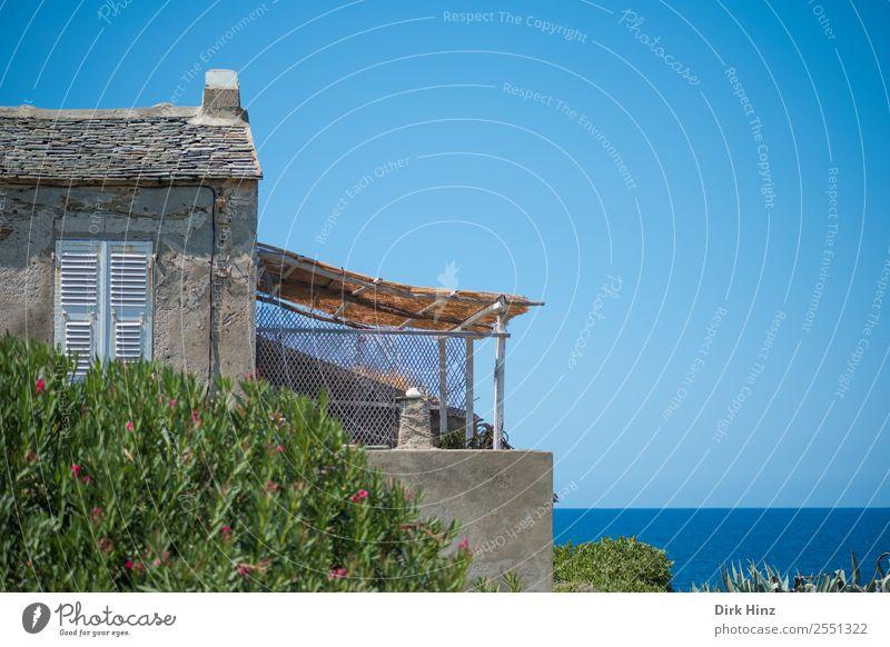 Altes Gebäude mit Terrasse auf Korsika Ferien & Urlaub & Reisen Tourismus Ausflug Ferne Freiheit Sommer Sommerurlaub Himmel Horizont Schönes Wetter Küste Dorf