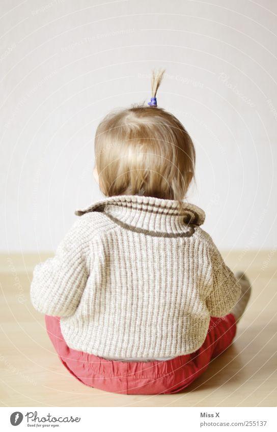 Schneidersitz Mensch Kind Haare & Frisuren klein Kindheit blond Baby sitzen Boden niedlich Kleinkind 0-12 Monate 1-3 Jahre