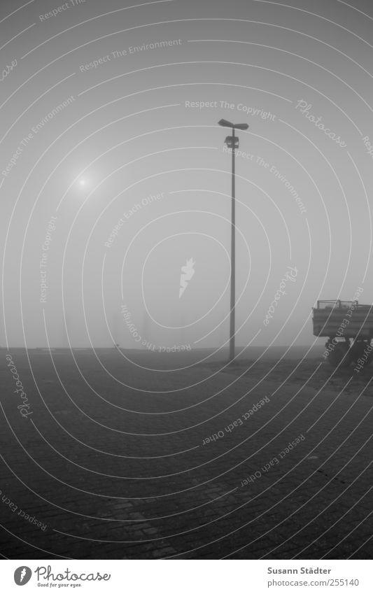 am Hafen | Spiekeroog Sonne Nebel Straße Lastwagen Anhänger bedrohlich Nebelschleier Nebelmeer Pflastersteine Laterne Holzpfahl Insel Nordsee Dunst nebelsuppe