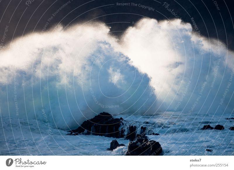 ocean spray Wasser blau weiß Meer schwarz grau Küste Wellen Sturm Brandung Gischt Aufregung schäumen Wasserfontäne