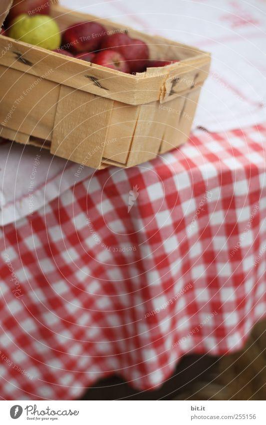 Bauernäpfel in Kipplage rot Ernährung Holz Lebensmittel Gesundheit Wohnung Frucht frisch Tisch Lifestyle rund Küche Apfel Idylle Landwirtschaft