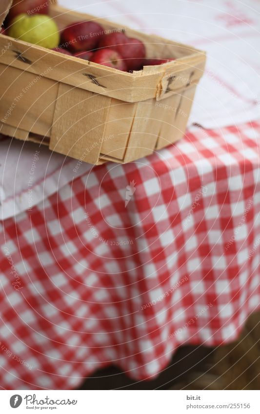 Bauernäpfel in Kipplage rot Ernährung Holz Lebensmittel Gesundheit Wohnung Frucht frisch Tisch Lifestyle rund Küche Apfel Idylle Landwirtschaft Gesunde Ernährung