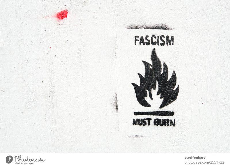 Graffiti gegen Faschismus mit stilisierter Flamme, schwarze Schrift auf weißer Wand Haus Mauer Stein Beton Zeichen Schriftzeichen Aggression bedrohlich dunkel