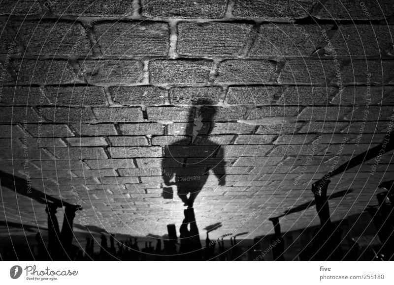 der mann mit der tasche Mensch Mann Ferien & Urlaub & Reisen Erwachsene Straße Bewegung Menschengruppe Stimmung Beine Fuß gehen Ausflug Platz Abenteuer