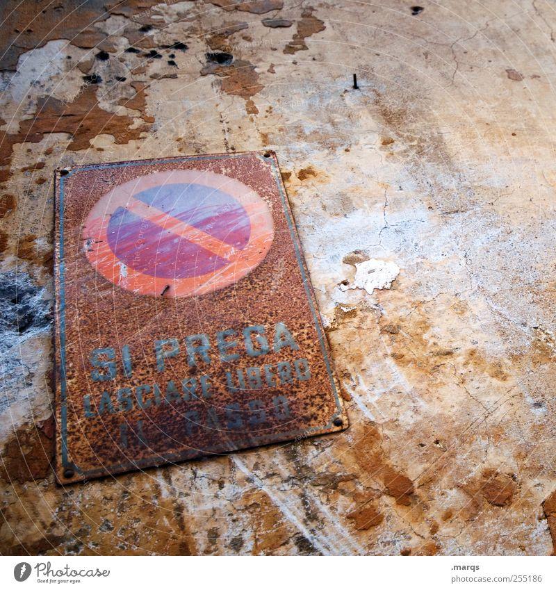 Ban Mauer Wand Verkehr Zeichen Hinweisschild Warnschild Verkehrszeichen alt kaputt Verbote Halteverbot Rost Verfall abblättern Italienisch Rom Farbfoto