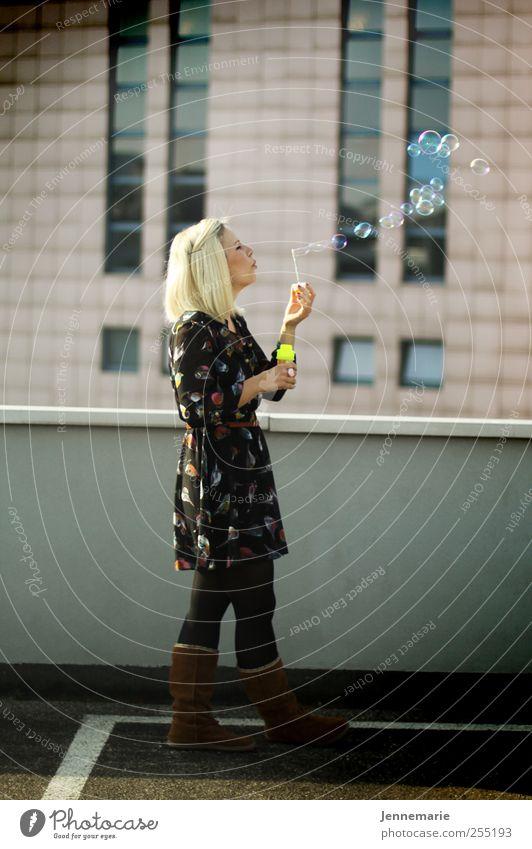 Seifenblase... Mensch Jugendliche Freude Erwachsene feminin Wand Glück Mauer blond Fassade Hochhaus frei Fröhlichkeit stehen niedlich Unendlichkeit